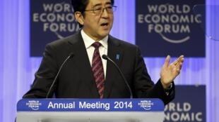 日本首相安倍晋三在22日冬季达沃斯论坛会上发表主题演讲