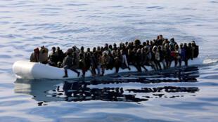 عکس آرشیو - مهاجران و پناهجویان غیرقانونی که در روز  ١۵ ژانویه ٢٠۱٨ توسط محافظان ساحلی لیبی، در دریای مدیترانه ساحل لیبی نجات داده شدهاند.