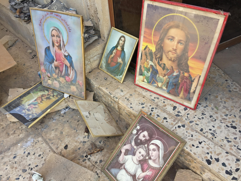 A l'entrée d'une église de Bartella incendiée par les jihadistes.