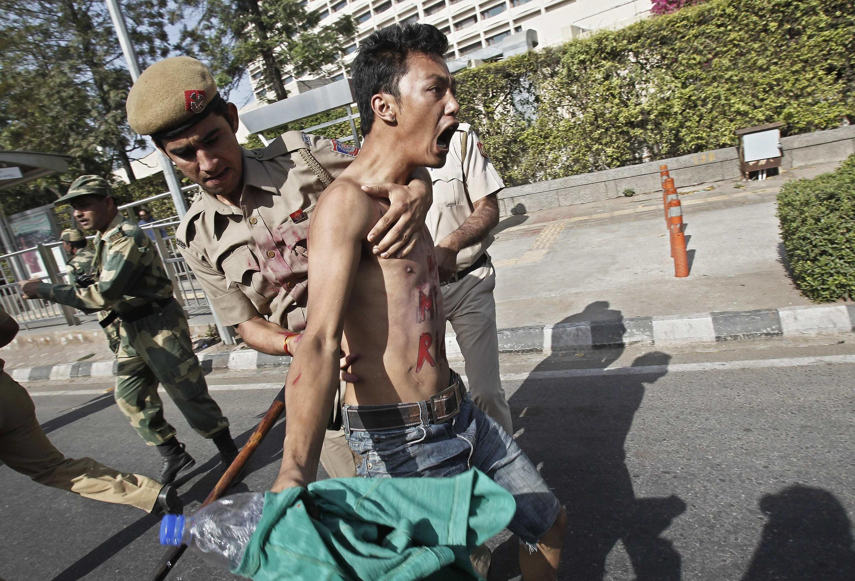 Một người Tây Tạng lưu vong bị cảnh sát bắt trong cuộc biểu tình chống ông Hồ Cẩm Đào đến Ấn Độ tại New Delhi, ngày 30/03/2012.