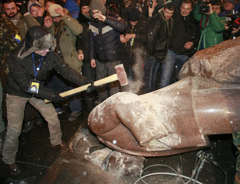 Người biểu tình Ukraina lật nhào và đập vỡ tượng Lênin tại Kiev, 08/12/2013