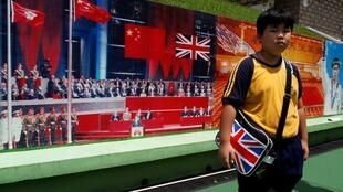 香港一所小学的学生在7.1标志性照片前。