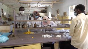 Dans les locaux du département de sciences de l'université de Khartoum, des étudiants en chimie s'engagent dans la lutte contre le coronavirus, dans la continuité de l'esprit qui a animé la révolution.