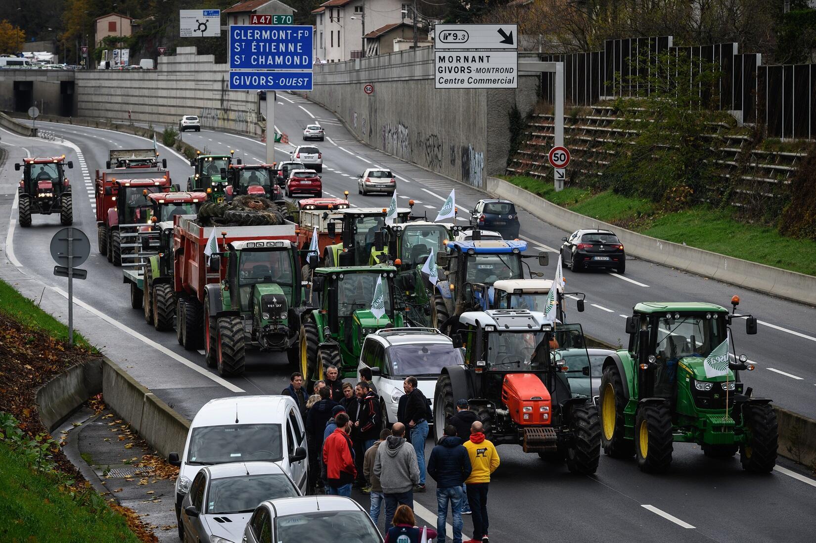 Des agriculteurs bloquant l'autoroute A47, à Givors, au sud de Lyon, le 27 novembre 2019.