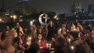 Egipcios cristianos y musulmanes celebran la Navidad copta, el 6 de enero de 2013 en la plaza Tahrir, en El Cairo.