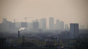 Usina emite gases poluentes em Tangshan na China.
