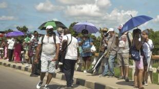 Des Cubains font la queue devant un magasin en devises pour s'acheter de la nourriture, le 15 septembre 2020.