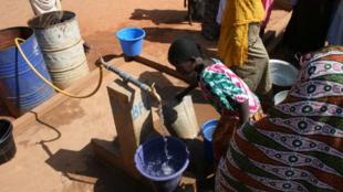 Seulement 60% de la population en Afrique subsaharienne a accès à un point d'eau potable.