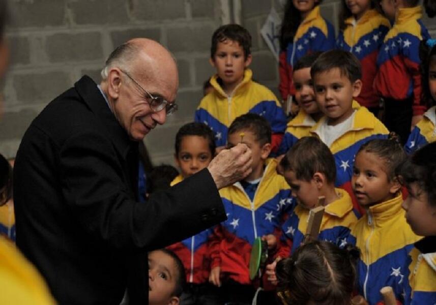 José Antonio Abreu con los niños del coro infnatil de Venezuela.