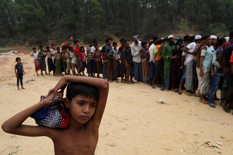 Bangladesh, wakimbizi wa Rohingya wakipewa mablanketi nje ya kambi ya Kutupalong karibu na Cox's Bazar Novemba 24, 2017.