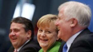 ពីឆ្វេងទៅស្តាំ ៖ លោក  Sigmar Gabriel (SPD), លោកស្រី Angela Merkel (CDU) និងលោក Horst Seehofer (CSU) នៅទីក្រុង បែរឡាំង ថ្ងៃទីន២៧ វិច្ឆិកា ២០១៣