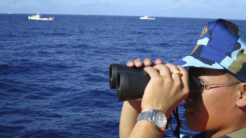 Cảnh sát biển Việt Nam quan sát các tàu Trung Quốc hộ tống giàn khoan Hải Dương Thạch Du 981 tại vùng biển Hoàng Sa, ngày 15/07/2014.