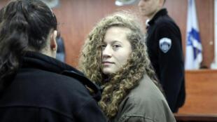Ahed Tamimi em um tribunal militar israelense, perto de Ramalah, em 1° de janeiro de 2018.