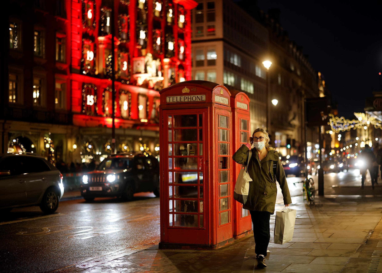 Un peatón que lleva una máscara facial debido a la pandemia del covid, camina por el centro de Londres el 19 de diciembre de 2020