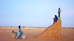 Construction en banco pour capter le réseau, à Emnaghil au Nord-Mali (février 2007).