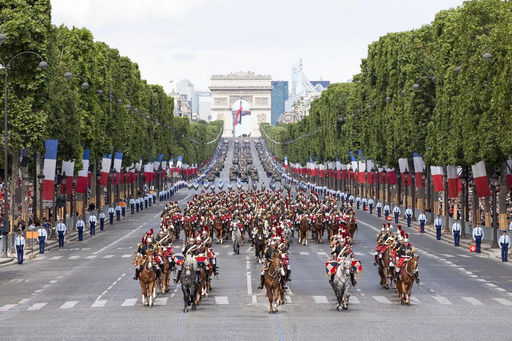 رژه نیروهای نظامی در خیابان شانزهلیزه پاریس به مناسبت روز ۱۴ ژوئیه، جشن ملی فرانسویان.