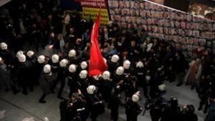 La policía cerca a los empleados del diario Zaman. Estambul, el 4 de marzo de 2016.