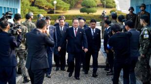 Chủ tịch Ủy Ban Thống Nhất Hòa Bình của Bắc Triều Tiên Ri Son Gwon bước qua đường giới tuyến tại Bàn Môn Điếm để đến tham gia cuộc họp với bộ trưởng bộ Thống Nhất Hàn Quốc Cho Myoung Gyon, ngày 15/10/2018.