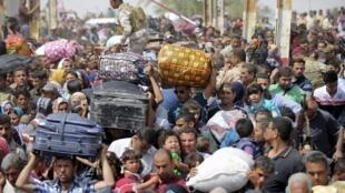 Des milliers d'Irakiens fuient les combats à Ramadi, dans la province d'al-Anbar, le 17 avril 2015.