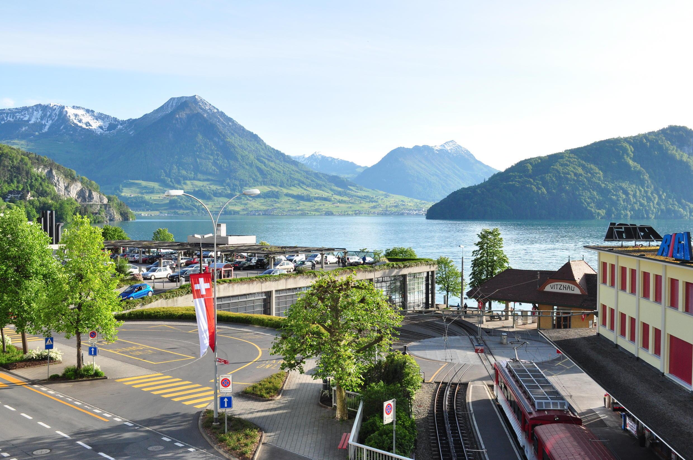 Au premier plan la gare de Vitznau et au second le lac des Quatre Cantons.