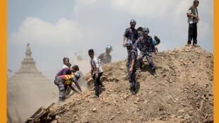 尼泊尔大地震后搜救人员在寺庙废墟寻找幸存者2015年4月27日加德满都。