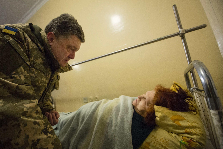 Петр Порошенко в госпитале в Краматорске у постели раненой при обстреле жительницы 11/02/2015