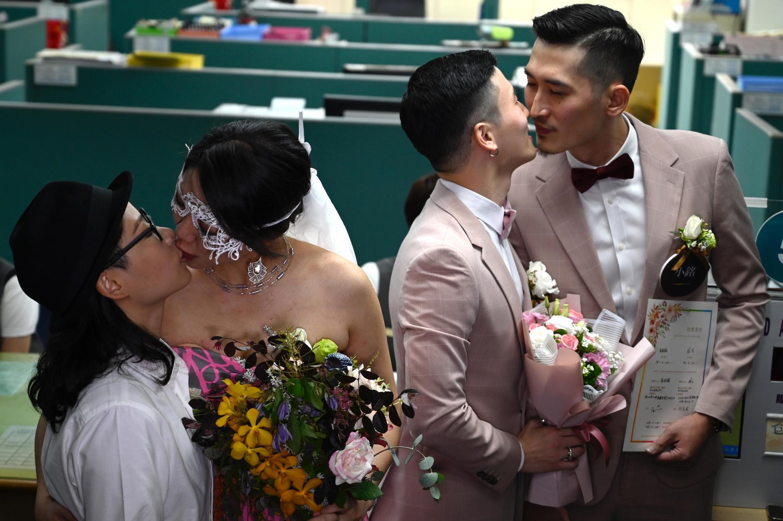 Две пары после регистрации во дворце бракосочетаний в Тайбэе, столице Тайваня. 24.05.2019