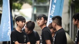 Jovens manifestantes após conferência de imprensa de activistas presos e soltos a 30 de agosto em Hong Kong