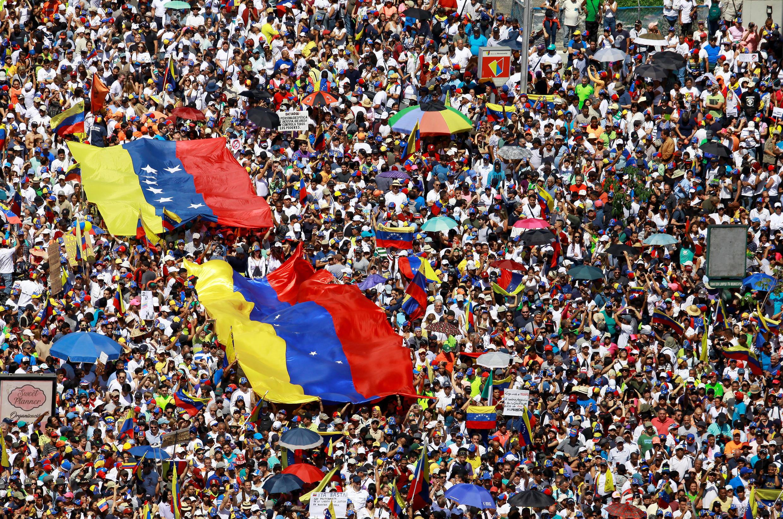 Des militants de l'opposition manifestent contre Nicolas Maduro à Caracas le 2 février 2019.