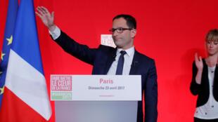 Benoît Hamon, candidat à la présidentielle 2017 du Parti socialiste français, prononce un discours à La Mutalité à Paris, après les premiers résultats du premier tour, le 23 avril 2017.