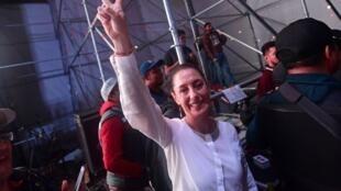 La nouvelle gouverneure de Mexico, ce lundi 2 juillet, célébrant sa victoire avec ses supporters.