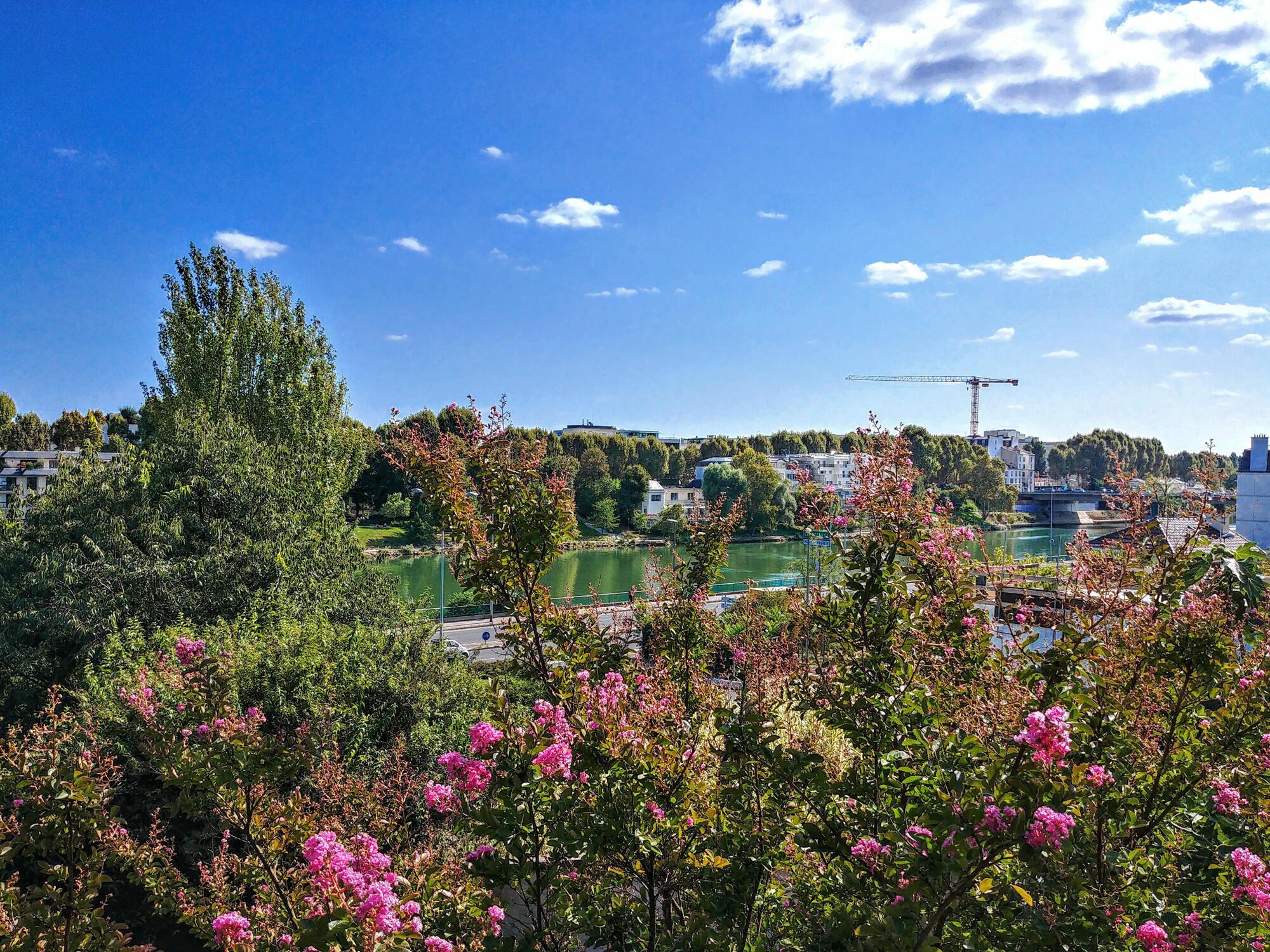 Nằm trên ngọn đồi, công viên Bécon có nhiều không gian thoáng mát yên tĩnh, nhìn ra phía bờ sông Seine