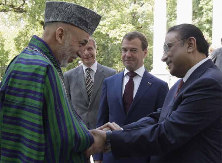 Hamid Karzai (L) greets Asif Ali Zardari (R) as President Dmitry Medvedev (2nd R) looks on