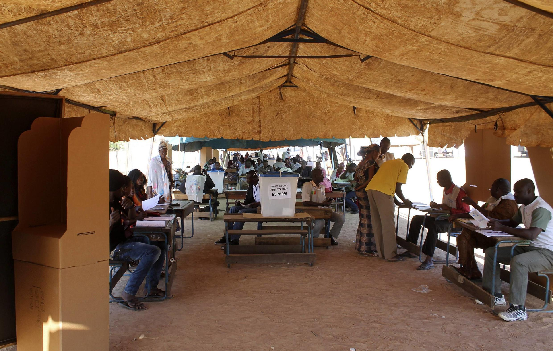 Wananchi wakipiga kura nchini Mali jana Jumapili