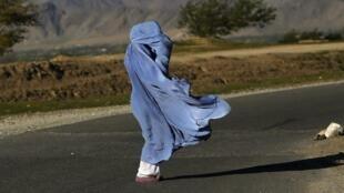 Une femme en burqa, à proximité de Kaboul. En Afghanistan, l'adultère est encore puni de la peine de mort par les Talibans.