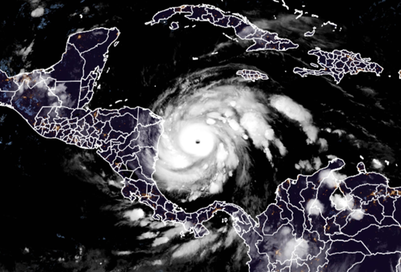 Image satellite de RAMMB/CIRA: l'ouragan Iota s'approche des côtes d'Amérique centrale le 16 novembre 2020, aproximándose a América Central