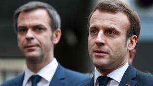 Tổng thống Pháp Emmanuel Macron (P) phát biểu với báo chí sau khi thăm bệnh viện Necker, Paris, ngày 10/03/2020