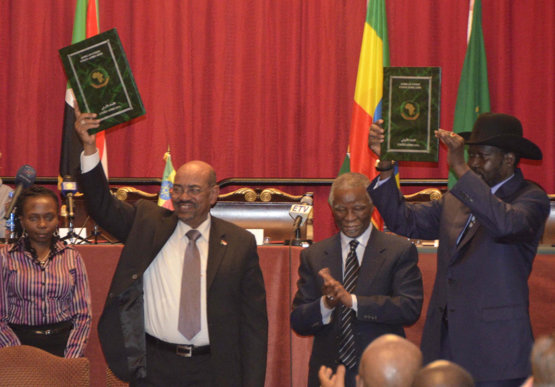 Shugaban kudancin Sudan Salva Kiir (dama) da Shugaban Sudan Omar al-Bashir  tare da Thabo Mbeki