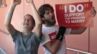 Scène de liesse en Californie, après que la Cour suprême ait invalidé la proposition visant à restreindre le mariage aux couples hétérosexuels.
