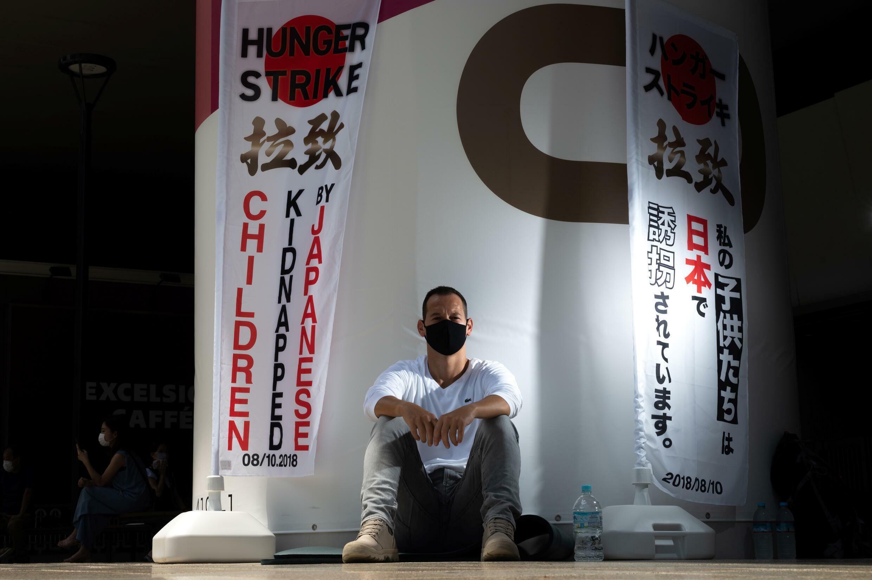 Depuis 9 jours, Vincent Fichot, un Français qui vit depuis 15 ans au Japon, a entamé une grève de la faim devant le stade olympique de Tokyo : ses deux enfants lui ont été « enlevés » il y a trois ans, il est sans nouvelle depuis.