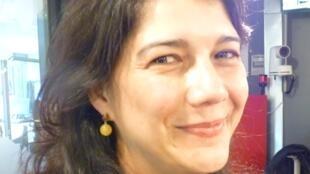 Claudia Isabel Navas en los estudios de RFI en París.