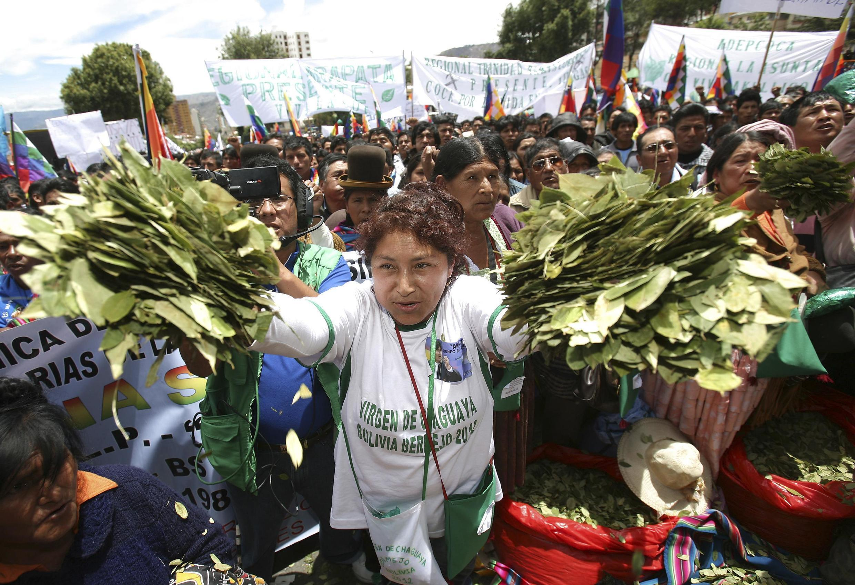 Mulher vendendo folhas de coca em um mercado em La Paz, nesta segunda-feira.