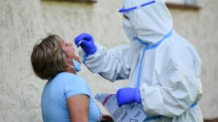 Una residente en Wiedenbrueck, en el oeste de Alemania, se somete a una prueba de coronavirus el 22 de junio de 2020