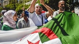 Depuis le 22 février dernier, la mobilisation ne faiblit pas en Algérie mais elle doit faire face à un pouvoir inflexible.