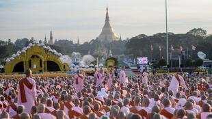 Ảnh minh họa: Một cuộc tập hợp của tín đồ Phật giáo gần chùa Shwedago tại Rangoon ngày 01/01/2018.