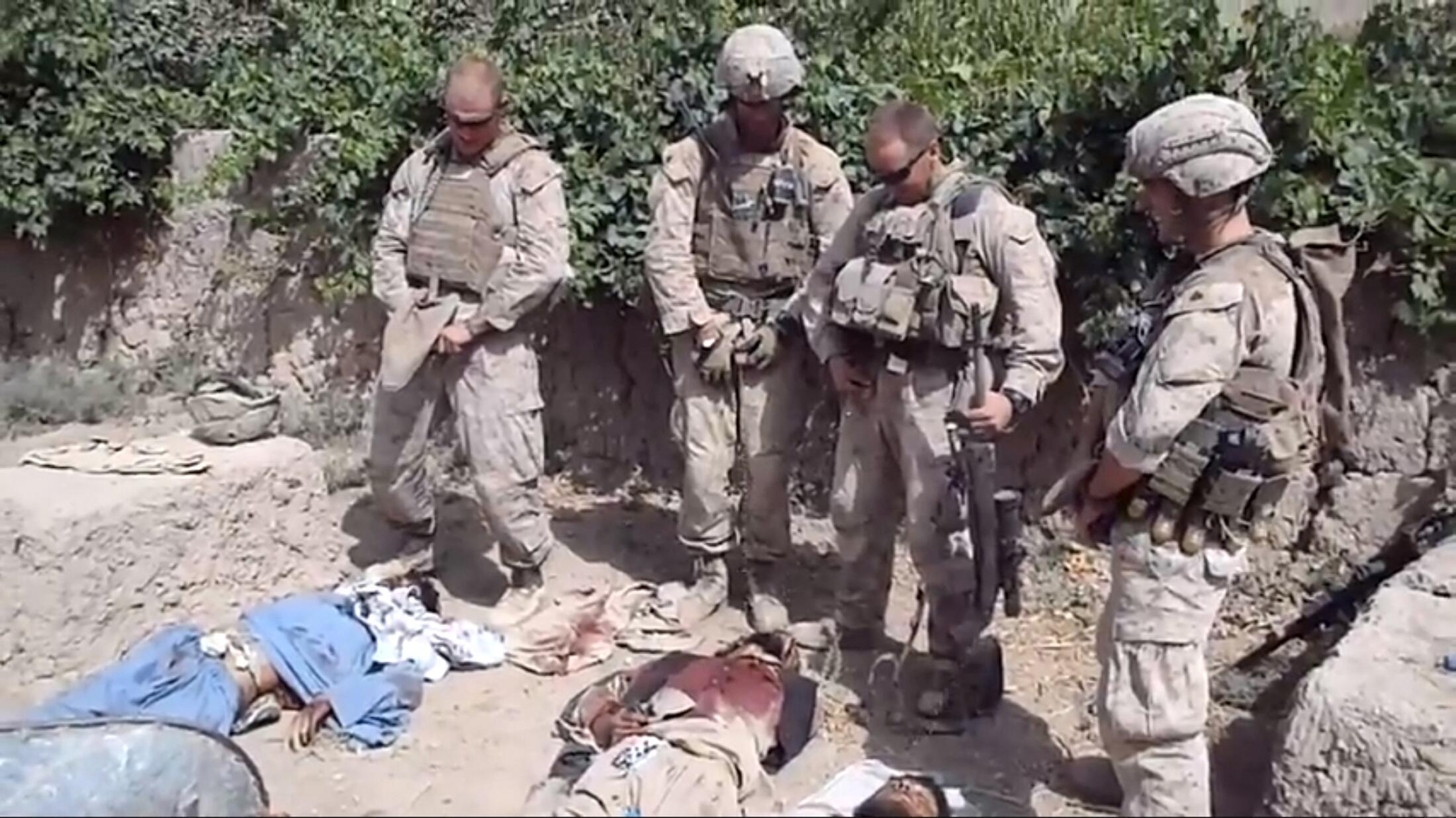 Vídeo divulgado no YouTube nesta quarta-feira mostra soldados americanos urinando sobre corpos de talibãs mortos.