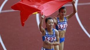 Đỗ Thị Thảo (T), huy chương vàng và Vũ Thị Ly, huy chương bạc, môn chạy 800 m, SEA GAMES 27, Naypyidow, Miến Điện, 17/12/2013