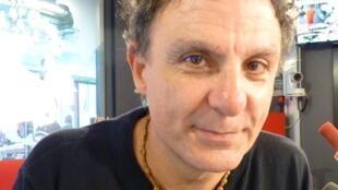 El saxofonista y compositor argentino Blas Rivera en los estudios de RFI en París.