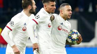 Jogadores do Lyon festejaram o apuramento para os oitavos.