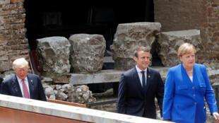 La chancelière allemande Angela Merkel, le président français Emmanuel Macron et... Donald Trump, au Sommet du G7, Taormine, Sicile, le 26 mai 2017.